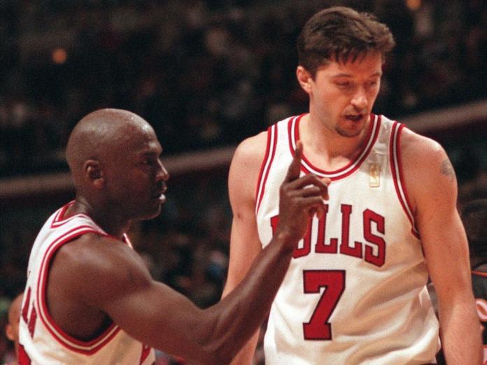 Kukoc(右)是「籃球之神」Michael Jordan重要助手。(圖/美聯社/達志影像)