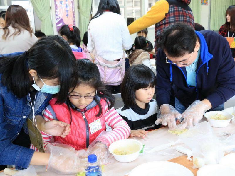 ▲健康小學堂冬令營,由家長與學生共同製作健康的親子DIY沙拉,大家忙得不亦樂乎。〈圖/記者黃玿琮攝〉