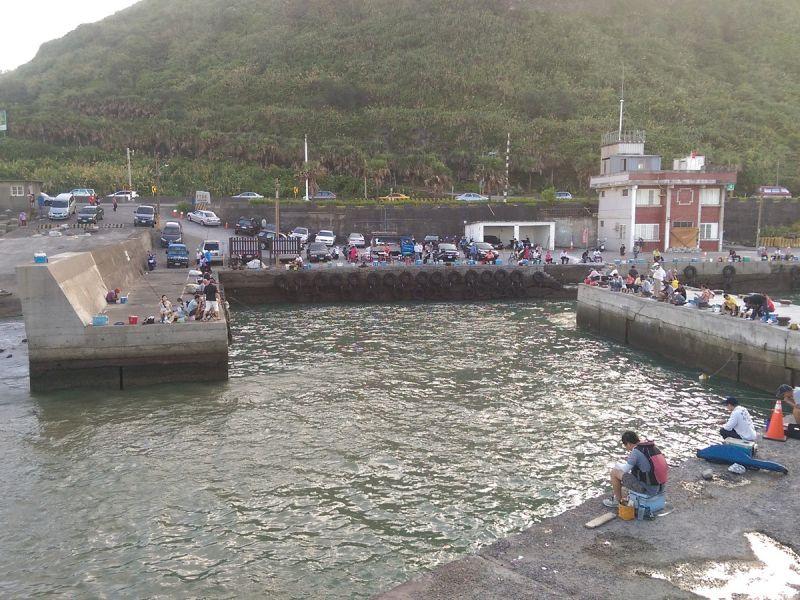 ▲草里漁港活化轉型為垂釣港,開放讓更多民眾在漁港裡體驗釣魚樂趣。(圖/記者黃村杉攝)