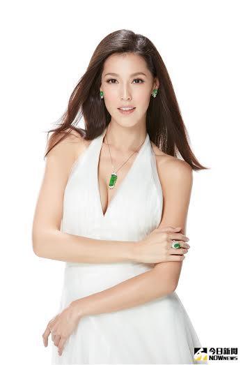 ▲Akemi身穿一襲白色深V紗質洋裝亮相,配戴三件玉老坑玻璃種翡翠珠寶。(圖/公關提供)