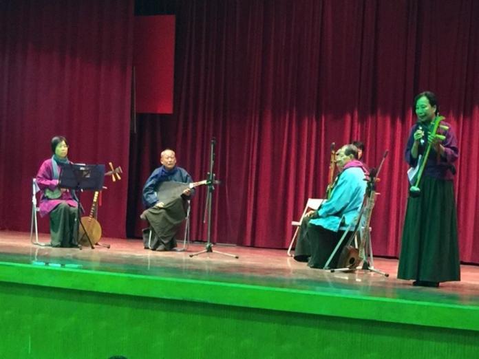 成立於日治大正6年的麻豆集英社太平清歌團,受邀至麻豆國中示範演出。