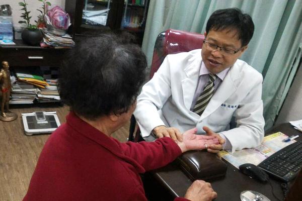 ▲張賜興醫師診治患者翁老太太的坐骨神經痛,以中醫辯證結合內外調理方式來治療。(圖/公關照片)