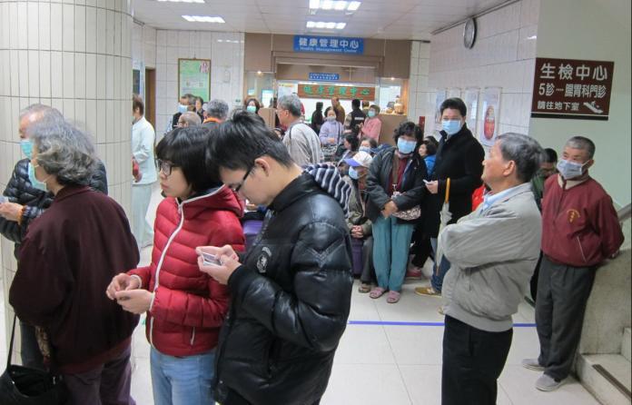 ▲流感季期間醫院患者明顯增加。(記者扶小萍攝)