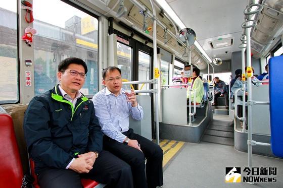 ▲圖說:台中市長林佳龍跟交通局長王義川親自搭乘700路線公車體驗。