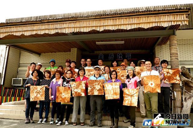 ▲參加泰雅部落步道工作假期的學員,展示染布DIY成品。〔圖/羅東林管處提供〕