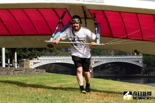 ▲墨爾本蒙巴節鳥人大賽,由邁克爾•保羅)飛了17公尺奪下冠軍。(圖/翻攝自《每日郵報》)