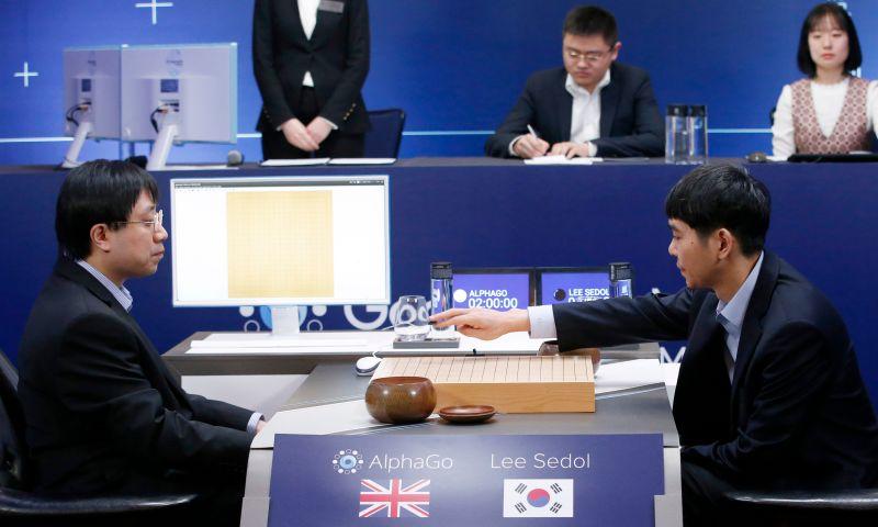▲Google開發的AlphaGo 15日在首爾與南韓圍棋棋王李世石(右)舉行最終第5回合人機對決,最後由AlphaGo再度獲勝,取得4勝1敗戰績。(圖/達志影像/美聯社.2016.3.15)