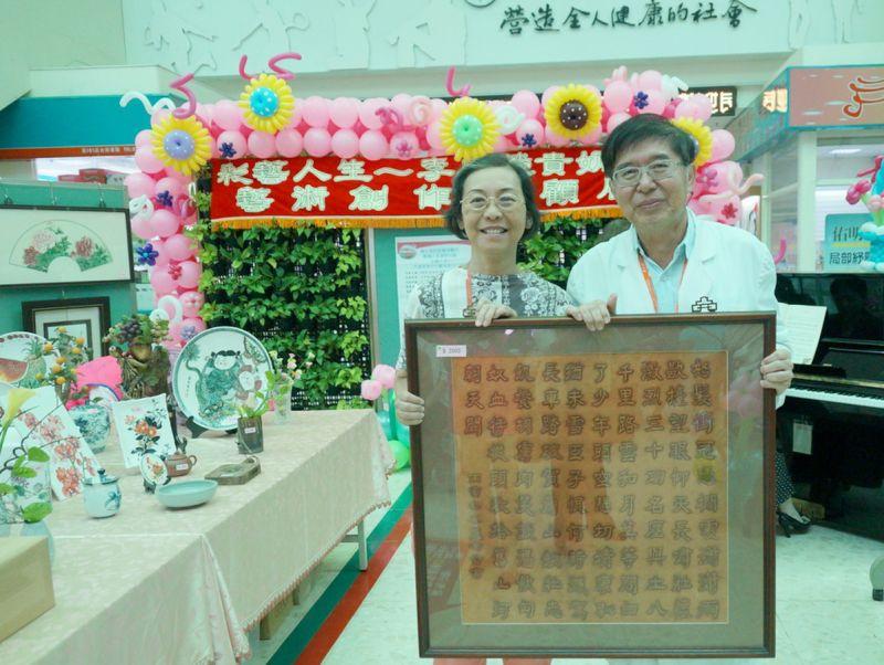 ▲李奶奶藝術創作品義賣,捐入南醫安寧專款。