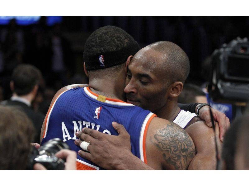 ▲Anthony(左)、Kobe(右)英雄惜英雄擁抱。(圖/美聯社/達志影像)