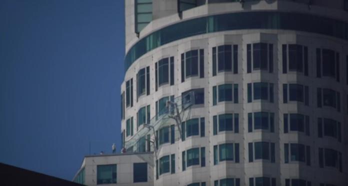 ▲你敢滑嗎?70樓高透明溜滑梯 。(圖/翻攝自YouTube)