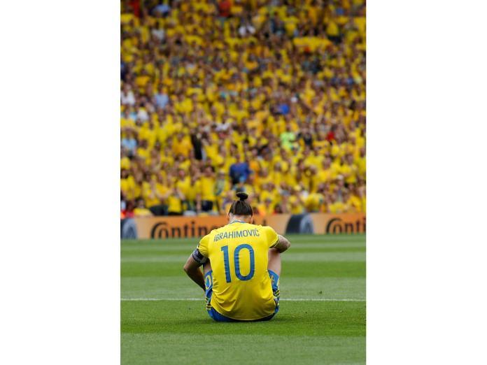 世界足壇頂級前鋒「瑞典戰神」Zlatan Ibrahimović整場比賽遭到義大利封鎖,感到相當無力。(圖/美聯社/達志影像)