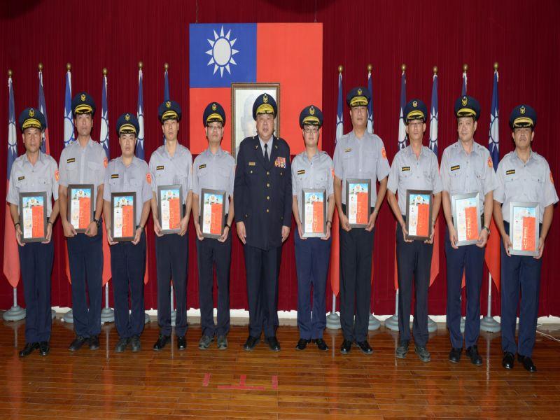 台南市政府警察局長陳子敬頒獎表揚105年5月份員警好人好事優良事蹟,計14件26人獲表揚。