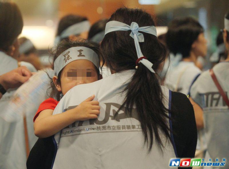▲華航空服員宣告24日零時起罷工,並準備夜宿南京東路。(圖/記者陳明安攝,2016.6.23)