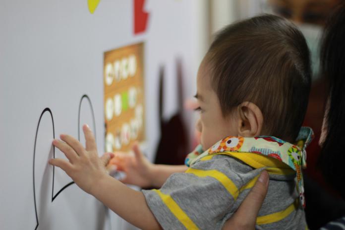 ▲台灣最小339克早產兒小安安剛滿周歲,一起玩抓周遊戲。(圖/早產兒基金會提供)