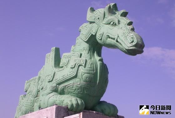 ▲東勢大橋兩端橋頭的「蚣蝮」雕塑,已成為東勢山城小鎮的地標。〈圖/記者黃玿琮攝〉