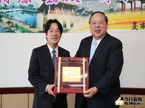 警長陳子敬榮退 市長頒贈功在台南獎牌