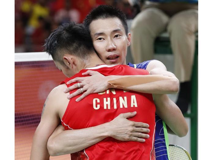 大馬一哥李宗偉終在奧運第3度對決擊敗宿敵林丹,兩位頂尖高手賽後惺惺相惜,互相擁抱祝福。(圖/美聯社/達志影像)