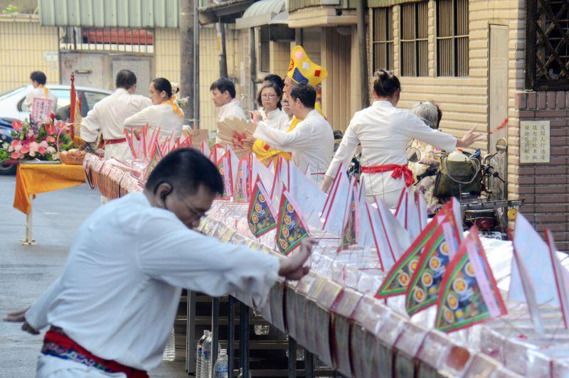▲今(2)日為一年一度的中元節,不少人都會準備供品祭拜好兄弟。 (示意圖/NOWnews資料照片)