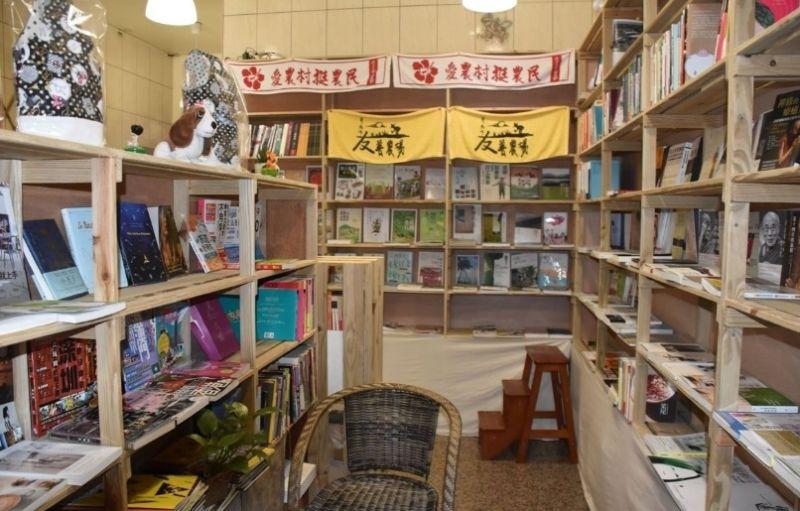 ▲獨立書店內陳列各類在地新書及二手書。(記者郭春輝攝)