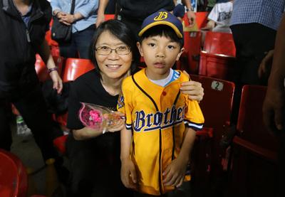 前總統夫人周美青(左)觀看中華職棒,幫球迷簽名。中央社 105年5月8日