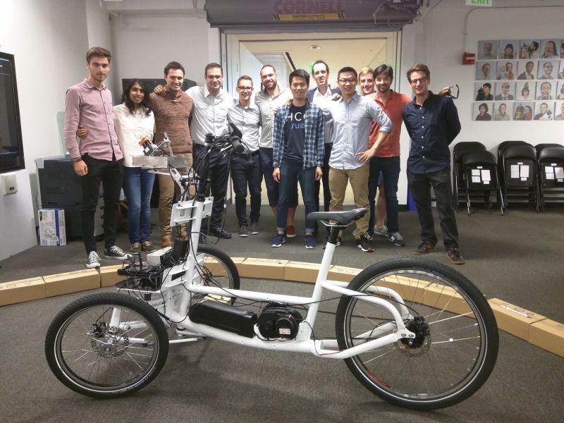 ▲北科大學生張昌祺、梁弘一今年暑假期間到MIT Media Lab交流,參與自動駕駛電動三輪車(PEV)研發。(圖/北科大提供)
