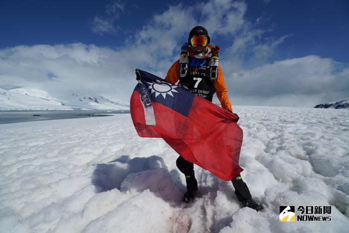 陳彥博在終點拿著國旗拍照,紀念這歷史性的一刻。(圖/陳彥博提供)