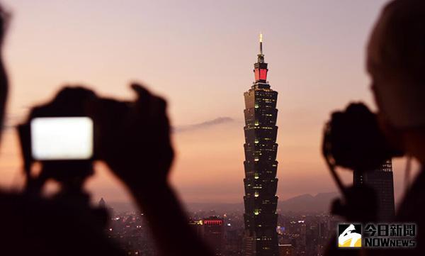 1月2日,遊客在台北象山觀看拍攝101大樓。