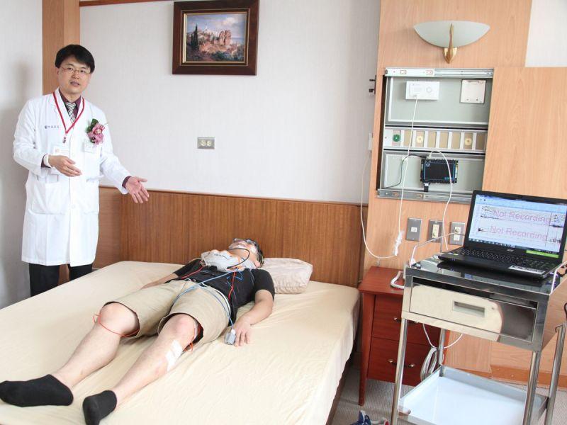 ▲成大醫院睡眠醫學中心林政佑主任(左),詳加解釋最新型檢測儀器。