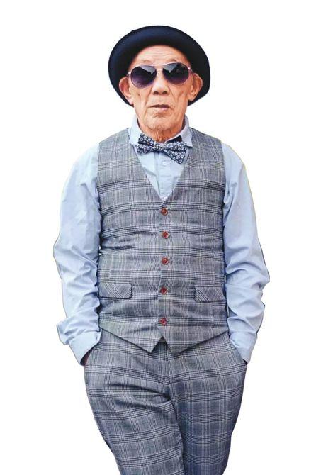 爺爺黃龍永有著完全不輸年輕人的時髦裝扮。