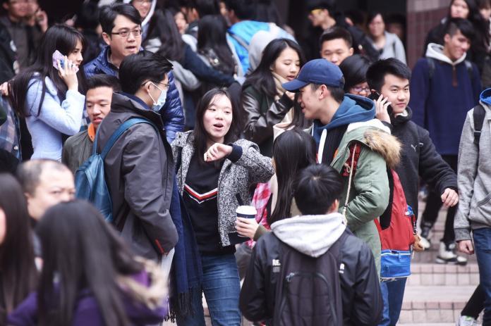 ▲106年學測結束,考生走出考場難掩開心神情。(圖/記者陳明安攝,20170121)