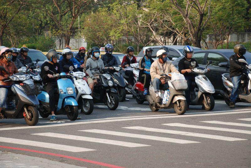 ▲民眾遵守交通規則,有效降低交通意外事故。(圖/記者何沛霖攝)