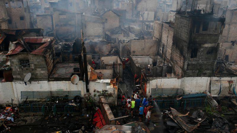 ▲菲律賓馬尼拉貧民區發生大火,萬人流離失所。(圖/達志影像/美聯社)