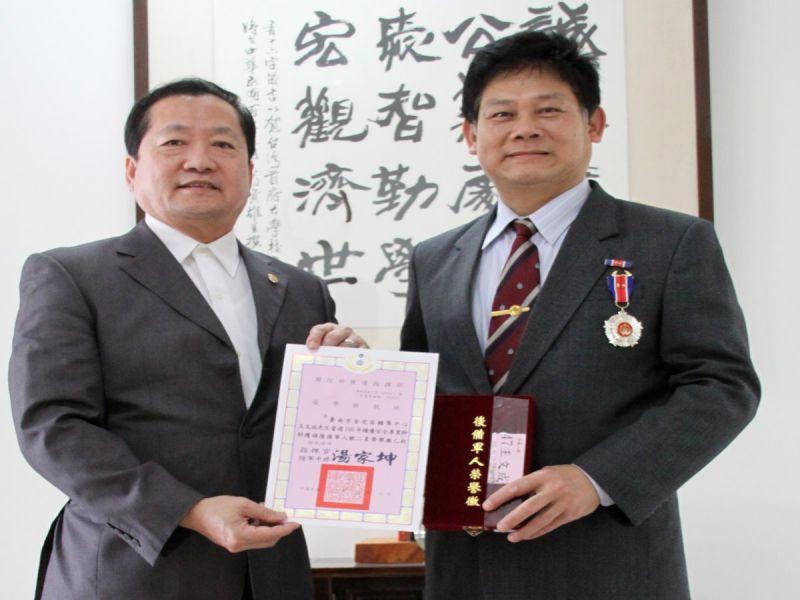 台灣首府大學休閒管理學系碩士班畢業的王文成,榮獲國防部後備軍人指揮部頒發銀二星榮譽獎章,台首大校長許光華予於嘉許肯定。