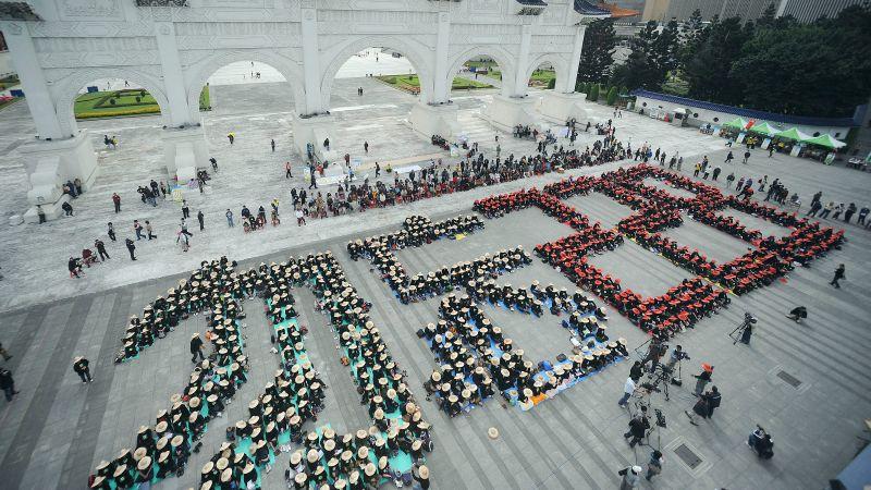 ▲228事件迄今已過70年,圖為2009年群眾聚集在自由廣場前的「勿忘228」紀念活動。(圖/達志影像/美聯社)