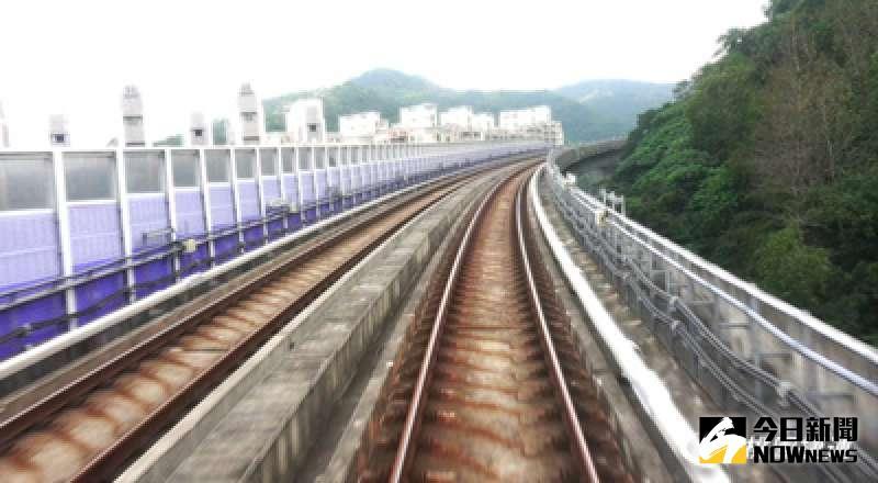▲機場捷運試營運未滿一個月就出包,18日驚傳鋼軌出現一處裂縫。(圖/桃園捷運公司)