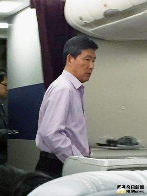 北韓人員今天在馬來西亞吉隆坡將2月間遇害男子的遺體接運上機,準備返回北韓。大馬首相納吉(Najib Razak)表示,死者金正男遺體將送返北韓。(共同社提供)中央社 106年3月30日