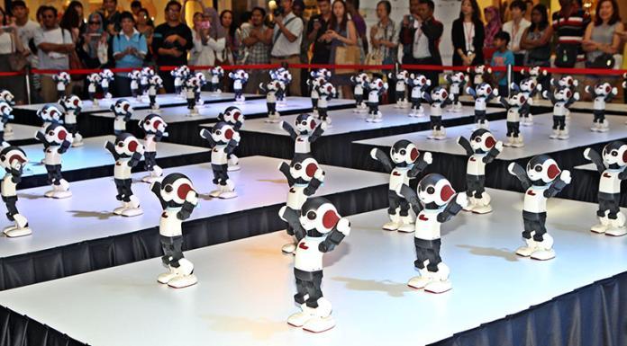 ▲100隻Robi同台跳舞,場面可愛令人莞爾一笑。(圖/翻攝自星州網)