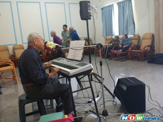 ▲現年七十歲的林賜川樂於客串音樂志工,以音樂服務大家。(圖/記者金武鳳攝)