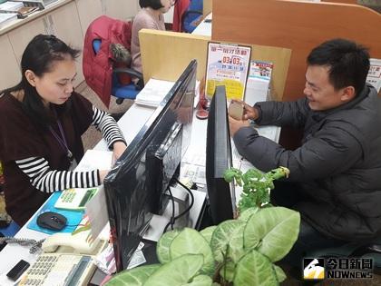 朴子就業中心輔導因公司業務緊縮遭資遣的阿興重返職場有成。(圖:朴子就業中心提供 2017.03.30)