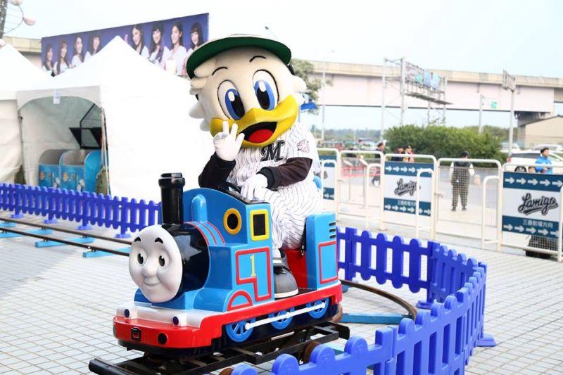 ▲應猿經驗難忘 羅德吉祥物馬君吃塔可搭湯瑪士小火車。(圖/桃猿提供)
