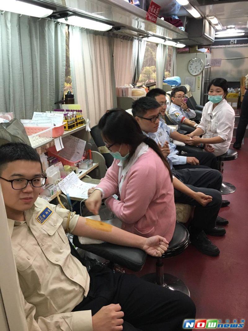 ▲役男挽袖捐熱血,體驗捐血一袋、救人一命。(圖/記者柳榮俊攝2017.3.31)