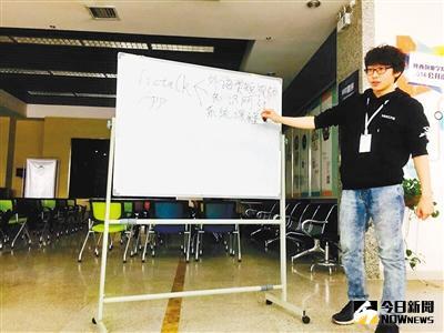 徐巍正在和他的創業團隊開會,商討解決創業過程中的問題。