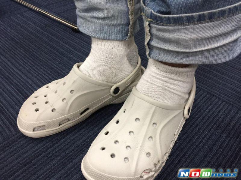 ▲醫師建議,穿「布希鞋」或「洞洞鞋」最好仍得穿襪子,以免材質悶汗惹灰指甲上身。(圖為模擬畫面)