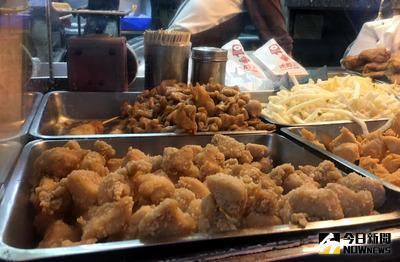 禽流感疫情升溫,農委會宣布17日開始全台家禽禁止移動7天,夜市的鹽酥雞、炸雞業者都表示目前都還有庫存,也不會調漲價格。中央社記者張皓安攝 106年2月17日