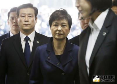 南韓首爾中央地方法院30日審理檢方針對前總統朴槿惠聲請的羈押令狀,涉嫌受賄的朴槿惠身穿深藍上衣出庭,看起來表情凝重。(共同社提供)中央社 106年3月30日