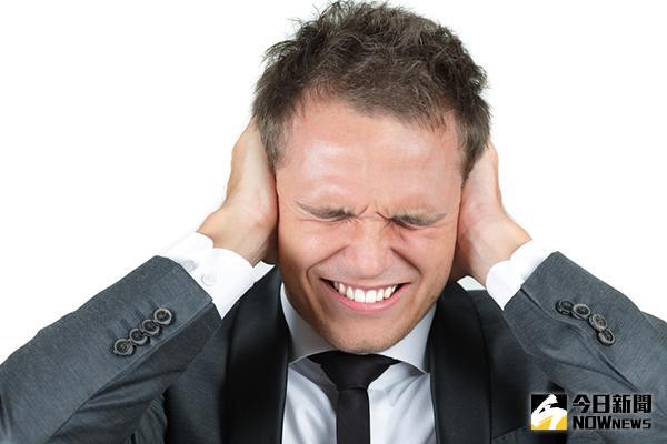 ▲有名上班族因燃放鞭炮時躲避不及,被一陣鞭炮巨響轟出耳痛及耳鳴症狀。(圖/ingimage)
