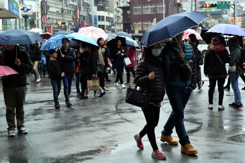 ▲明(26)日晚間鋒面報到,全台轉為溼冷天氣。(圖/NOWnews資料照)