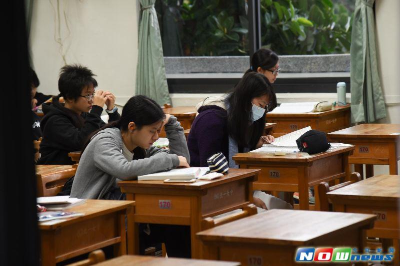▲ 106年學測於20日開始,考生們進試場前在寒風中溫習。(記者陳明安攝,2017.1.20)