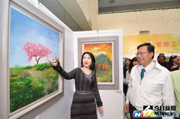 ▲梁馨文(左)向鄭文燦介紹自己的畫作。(圖/桃園市政府提供,2017.5.1)