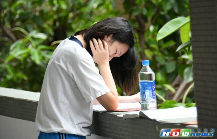 ▲106年國中教育會考今(20)日上午登場,考生們抓緊時間溫習。(圖/記者林調遜攝,2017.5.20)